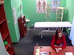 Redhead Euro öğrenci sahte hastanede doktor sikikleri