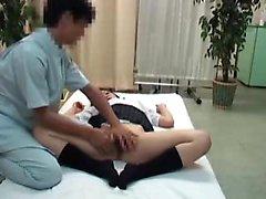 Bländande asiat schoolgirlen är i masseur grepp i hennes tajt
