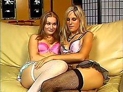 Sexig blondin hora slickar hennes flickvänner fitta på soffan