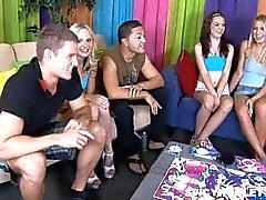 8 college tieners spelen vermakelijk bordspel en neuken