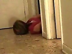 Hogcuffed Hündin kriecht, um zu entkommen. Keine Möglichkeit, raus!