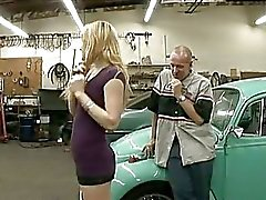 Caralho desejo Ally Ann recebe seu crack amontoados em um carro na garagem
