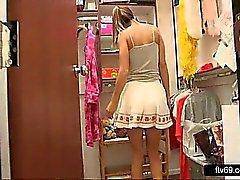 Lovely Teen in seksikkäitä mekko ja valkoinen pikkuhousut annetaan upskirt