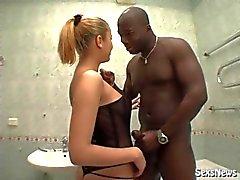 Foxy körd svart kille i badrummet