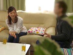 Dona de casa asiática quente tem um caso com trabalhador maridos co