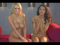 Hanna Hilton conversazione a seno nudo