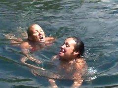 Sexig bikini slynor på en boat ! Bystiga sexiga att kyssa blinkar utomhus