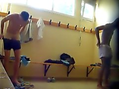Two varma killar blotta i lockerroom