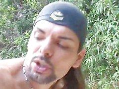 Latino-Verbrecher fickt seinen Freund im Freien