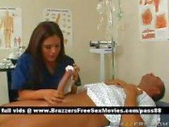 Het brunett sjuksköterska gör en patient ett bad