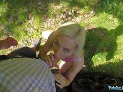 Julkinen agentti Freaky blondi nimeltä Nesty vaatii sukupuolta ulkona