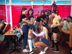 CHICAS LOCA - Kinky orgia lésbica em um jantar com latinas quente