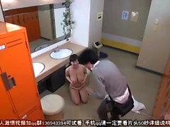 Japansk tjej med mjölkiga stora bröst