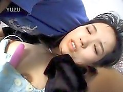 Modelo de avoirdupois japoneses recebe brinquedos do sexo on e de em de fenda e cacetes na