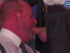 Boss Adam russisch verlangt Blowjob aus Mitarbeiter