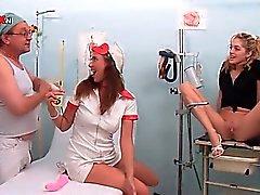 Kuuma hoitaja ja potilaan puhallus lääkäreille kukko kuuma piss