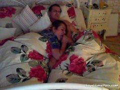 Boa esposa dá seu homem um boquete antes de ir dormir
