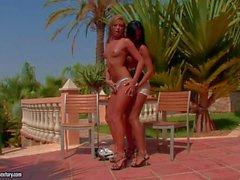 Natalia de Forrest et la d'Ashley de Bulgari assouvir leur désirs des lesbiennes à l'extérieur