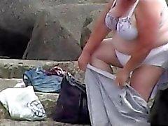 De 2 grannies espionné sur la plage de
