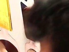 Hotties arkasında st gösteren ahşap delikler kesip standı