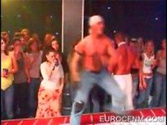 Cfnm party met gespierde stripper