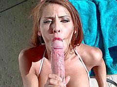 Madison Ivy hace un asombroso POV oral-estimulación cerca de la piscina
