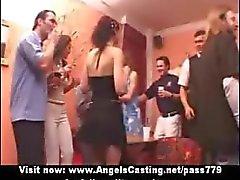 Amateur schattig sexy meisjes hebben een orgie op een feestje