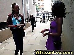 Bebês africanos com sexo lésbico selvagem no banheiro