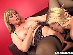 Милф Nina Хартли Выдает Teen Girl её First оргазма к лицам нетрадиционной сексуальной !