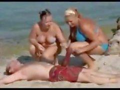 Hombre con un Verga gigante de en la playa convierte las mujeres sin habla