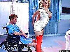 Медсестра Кэгни Линн Картер исцеляет пациент от анального секса