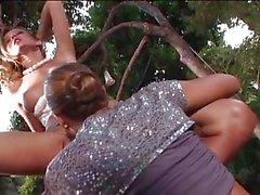 Şekerli tatlı lezbiyenler Carli Bankalar ve Heather Vandeven oyuncak twat açık havada