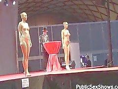 Hete meisjes poseren naakt op strip show