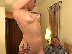 Оникса имеет крошечную dicked киску мужем . Она решила ему