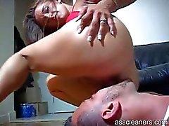 Geliebte wird wirklich geil wie sie bekommt ihren Arsch lecken