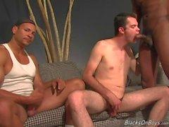 Lusty vitt kille blir gruppknullas genom Blacks