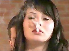 Babe i Fur Coat röker