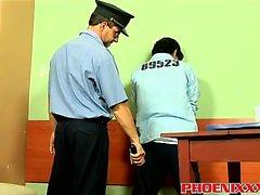 Gefangener Twink Lorenzo fickt anally geilen Offizier Bruno