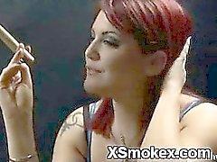 De poussin de fumeurs explicitement Presque pénétré