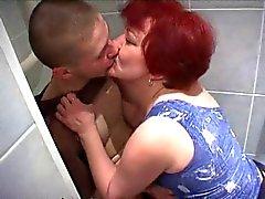 Madre trova Non Il Suo Figlio Guardando sesso Nella Stanza Da Bagno