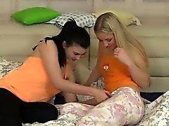 Adolescente pechugón seduce a su vecina de