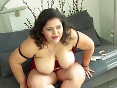 A mãe latina gorda Karla Lane joga com seus juggs maciços