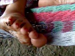 Fétiche du pied somnolent et mouches furieuses