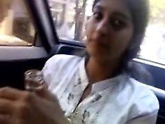 Menina indiana dá boquete no carro