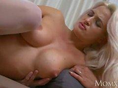 MOM Milf em lingerie branca e suspensórios domina e fode jovem voyeur