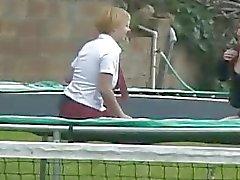 Two naughty girls salta no trampoline