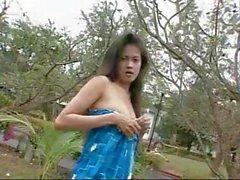 Sexy Asian женская позирует с одежду без во сборнике