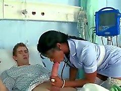 L'infirmière Noir suce et baise grand coq blanc