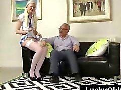 Blonde school im Strümpfen streift bei älteren britischen Mann
