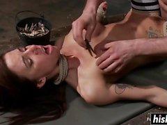 Gia пользуется некоторыми хардкорными действиями BDSM
